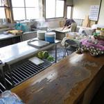 白須うどん - 広い台所。ここでコシが無茶苦茶強い麺が生まれます。