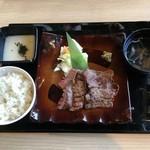 牛紋 - こちらは娘が食べた牛タン厚薄MIX定食 1500円なり!