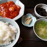 桃園 - 料理写真:選べるサービスランチ 780円 メイン(海老チリ)、スープ、小鉢、漬物、ご飯