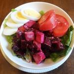 49591830 - ビーツのサラダ、鶏、トマト、レタス、玉子。2016.04.8 lunch