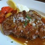 49591857 - 岐阜県産豚肩ロースの炭火焼:お肉の中がほんのりピンクな焼き加減が絶妙です。脂がのって美味しいです。茄子、パプリカ、ズッキーニ、玉葱 のラタトゥイユ、とっても滑らかな舌触りのマッシュポテト、レモン。