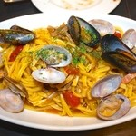 ピッツェリア バール ナポリ - ふっくらアサリとムール貝チェリートマトのオイルソース生パスタ!上から