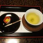 江戸三 - 料理写真:修二会にちなんだ生菓子とお茶でお出迎え