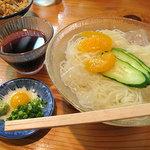 葉隠うどん - 冷麺420円。見かけは完全に素麺(そうめん)です。きゅうりと缶詰みかんの涼しげなトッピングが懐かしい。