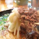 葉隠うどん - お肉は脂身少な目の超薄切り肉を煮てあります。