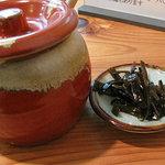 葉隠うどん - 出汁に使った昆布を柔らかく煮たもの。佃煮みたいに醤油辛くなくて食べやすいです。