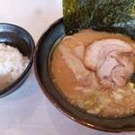 ゴル家 - 醤油豚骨ラーメン(税込700円)