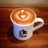 Turret Coffee - ドリンク写真:カウンター席でラテ(充電用コンセントあり)