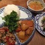ピーマイ - 特盛パクチーのバジル炒め&イスラム風カレーご飯