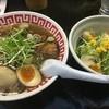 じゃげな辰野店 - 料理写真:炙りチャーシュー麺+味玉と生野菜サラダ