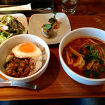 スパイシー・タイ - ガパオご飯とトムヤムヌードル