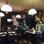 むつみ食堂 - ちょっと照度不足な昭和的店内。LED電球にしたら光熱費もさがりそうなもの。