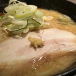 らー麺 とぐち - チャーシューの上におろし生姜がトッピングされています。