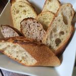 49623797 - 食べ放題のパン とりあえずの盛り合わせ