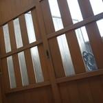 さらの木 - (2016/2月)露天風呂とウッドテラスの間の戸(網戸あり)