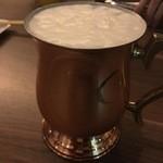 レガル東京 - 銅製グラスで提供される生ビール