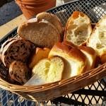 ラ・フーガス - おかわりして、違った種類のたくさんのパンを頂けます