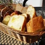 49630824 - 「スープランチセット」のパンは食べ放題