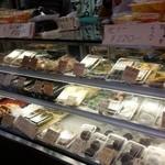 マルヤ餅菓子店 - もちろん和菓子もたくさん売られています