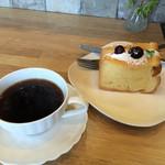 かんカフェ - ホットコーヒーとシフォンケーキ