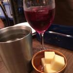 俺のフレンチ KAGURAZAKA - サングリアに突き出しのチーズ。なんかカッコいい(笑)