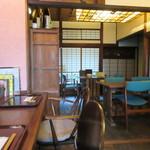 江戸そば 侘介 - 靴を脱いでお店に上がらせていただくと古民家をそのまま使った感じの良い店内が現れました。   私は一人だったんで一番奥のカウンターを使わせていただいて食事です。