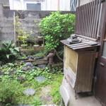 江戸そば 侘介 - 私の座ったカウンター横の窓からは昔ながらの民家の中庭を見ることができました。  カエルの置物が可愛いですね。