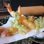江戸そば 侘介 - 先ず最初に天婦羅が揚がってきました、天婦羅は添えられた天つゆか塩でいただきます。