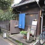 江戸そば 侘介 - お店はしろがね幼稚園そばの住宅街の中の路地にあります