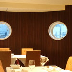 神戸牛炉釜炭焼ステーキ IDEA - 潜水艦のような窓