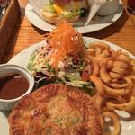 ザ・レッドロック - ハンバーガーとミートパイ。山盛りのフライドポテト