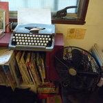 ウナ・カメラ・リーベラ - 窓側には古いタイプライターがあります☆