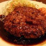 大阪トンテキ - メインのお皿をアップにしました。これがトンバーグです。ハンバーグじゃなくてトンバーグなんですよね。豚肉で作っているからなんですよ。トンテキは美味しいと感じたんですが、このトンバーグはどんな感じなんでし
