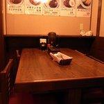 大阪トンテキ - 前回、撮れなかった一番奥のテーブル席です。4人掛けのテーブル席です。外からは見えませんがちゃんとあります。
