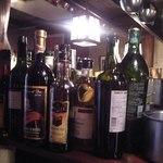 ル・クープ・シュー - [内観] カウンター上 ワインボトルの色々