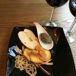 PAPA KARA - アミューズ に野菜チップとオリーブのタプナード