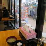 伝説のすた丼屋 - ガラス張りの店内。刑事さんの見張りにはいいかも。(笑)
