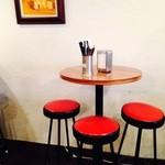 コンレチェ - 丸い木製のハイテーブルが可愛い。