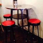 コンレチェ - ハイチェアーの丸テーブル。