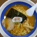 8番らーめん - 中華麺(\510税抜き)そんなに魚介の癖はありませんが結構濃いスープ(塩梅は丁度良い感じ)