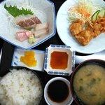 次郎長寿司 - 「鳥天と刺身」。刺身に鳥天3~4個ついてきて、これでも600円!!
