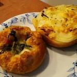 パンプラトー - 料理写真:1604_パンプラトー_コーンパン@160円?菜の花とベーコンのパン@200円②