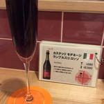 肉焼屋ワイン部 ジャストMEAT  - [ワイン図鑑] 赤ワインでスパークリング(微炭酸)。飲みやすい。何杯でもいけそう。(6杯目)