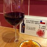 肉焼屋ワイン部 ジャストMEAT  - [ワイン図鑑] ワイン飲み放その1。チリワインは定番的。いかにもなワイン。今夜のお通しは人参サラダ。