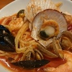 ポルコロッソ - シーフードのトマトパスタ(たっぷり魚介でランチでも人気のメニュー!)