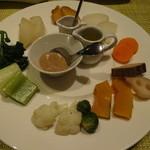 wainguradetanoshimubishokuterra - 旬のいろいろな野菜のスチーム(蒸し)または炭火焼き アンチョビソース、キヨエオイル、天然塩で