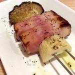 肉焼屋ワイン部 ジャストMEAT  - エリベー。エリンギとベーコンの串。両方とも好物。串自体にもこだわりがある感じ。