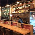 肉焼屋ワイン部 ジャストMEAT  - 店内風景。スタッフはチェック柄のシャツで統一。