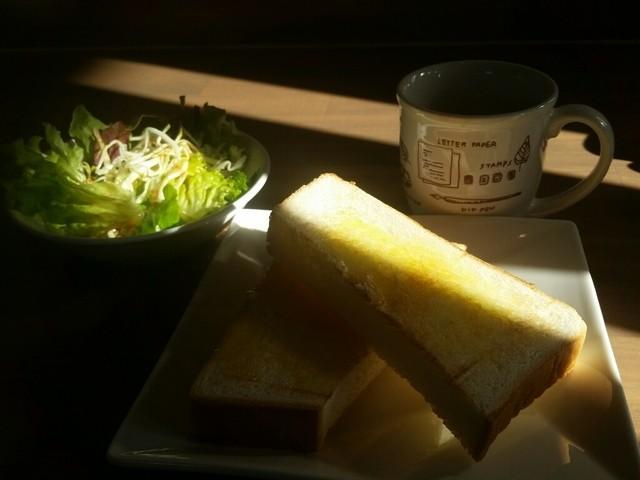デスク カフェ 中央林間店 - コーヒーの価格で、トーストとサラダが付きます。