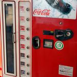 ドライブイン七輿 - 瓶のコーラ自販機。